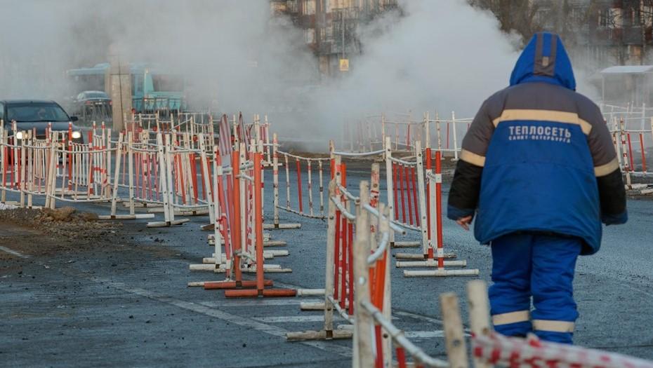 На юге Петербурга после прорыва трубы кипятком подтопило 30 машин