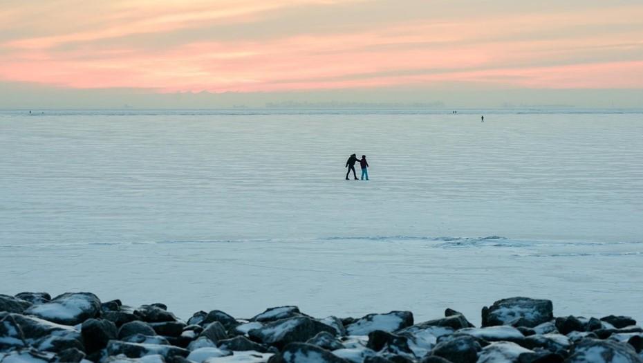 """На льду Финского залива возле """"Севкабель Порта"""" заметили радужные разводы"""