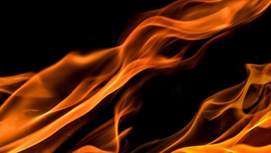 На территории машиностроительного завода в Петербурге тушат пожар