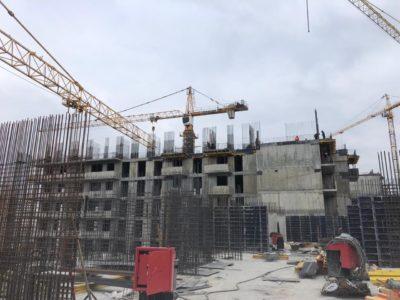 В проблемном ЖК «Терлецкий парк» нарастили башенный кран для монолитных работ на блоке Д