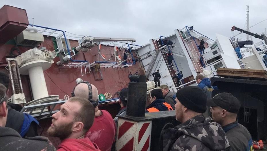 Очевидцы сообщают о погибших при опрокидывании судна под Петербургом