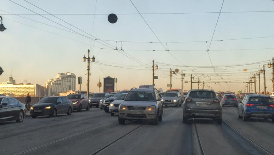 Поток волнуется: Петербург стоит в 8-балльных пробках