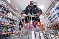Регионам могут разрешить проверять соблюдение запрета на продажу алкоголя