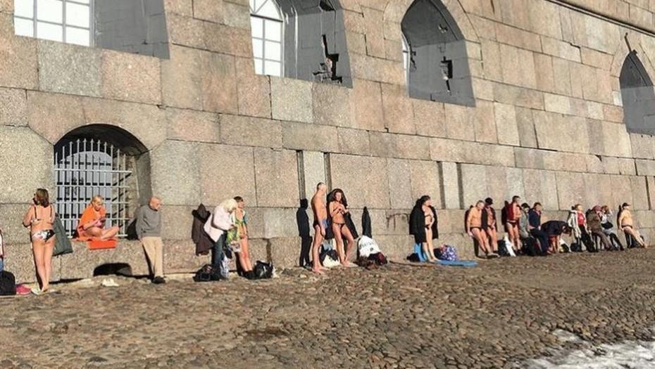 С потеплением Петропавловку облепили полуголые пляжники