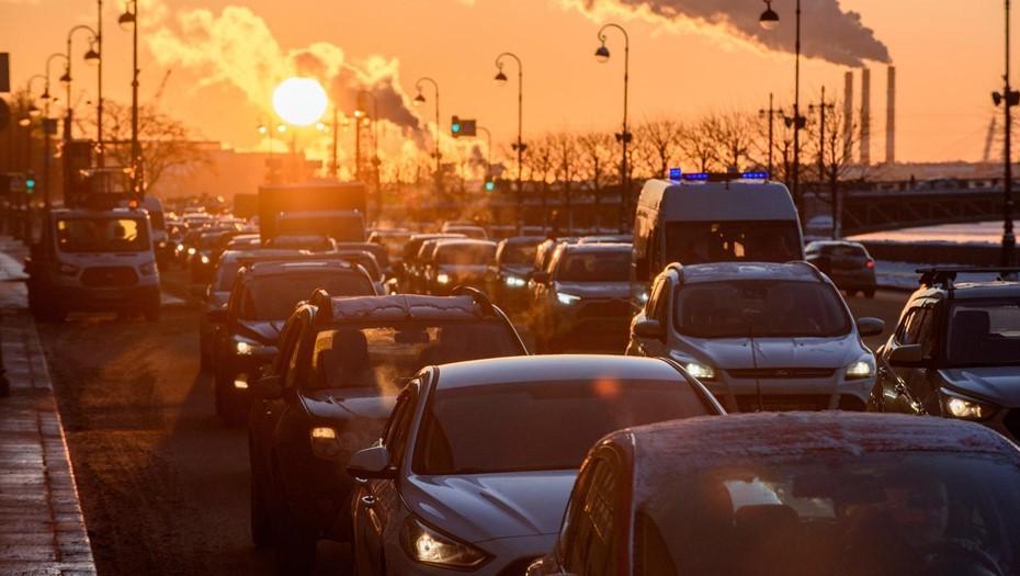Снегопады вызвали 6-балльные пробки на дорогах Петербурга