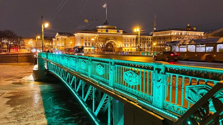 В честь Дня святого Патрика Дворцовый мост осветили изумрудным