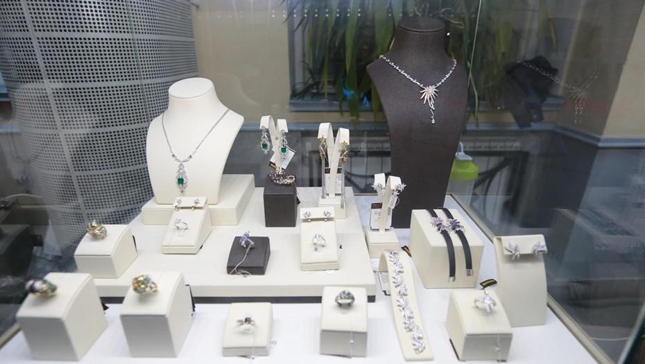 В Калининском районе четверо неизвестных ограбили ювелирный магазин