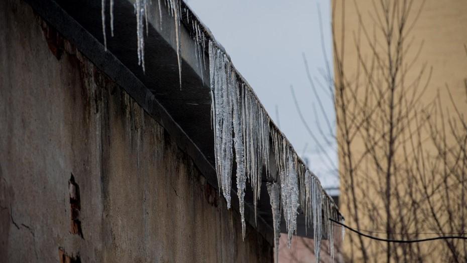 В Петрозаводске мужчина погиб от упавшей с крыши дома глыбы льда