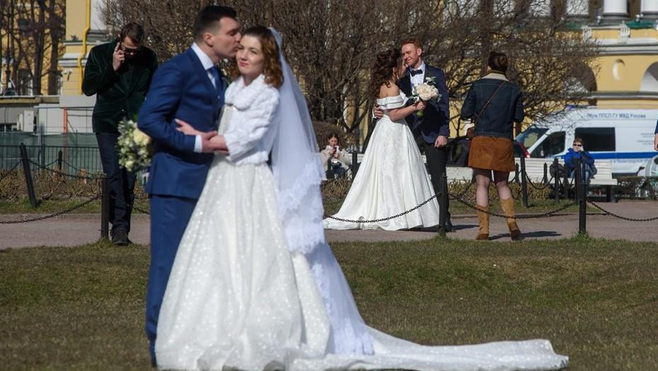 В ЗАГСах Петербурга запретили свадьбы супругов-юбиляров