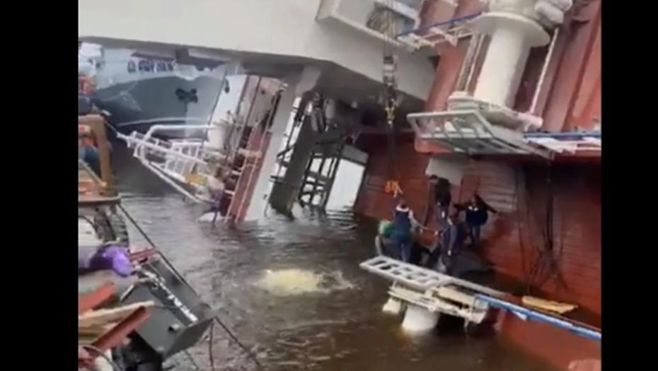 Водолазы ищут рабочих, заблокированных в трюмах затопленного корабля