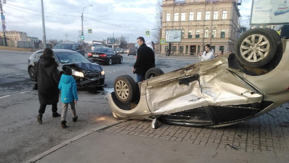 Автомобиль такси лёг на крышу после ДТП в Петроградском районе