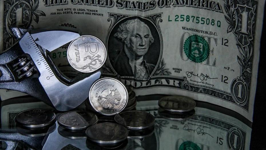 Доллар впервые за полгода поднялся выше 77 рублей
