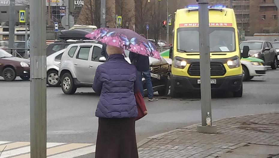 Машина реанимации попала в ДТП на севере Петербурга