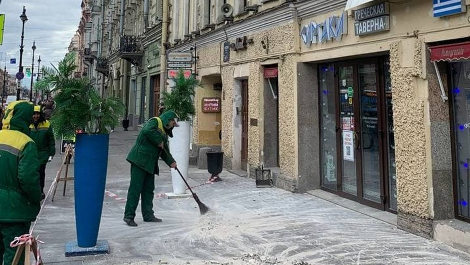 На Невском вновь обвалилась штукатурка, обошлось без пострадавших