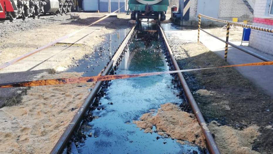 Около 3 тонн мазута утекло из цистерны на ж/д станции под Выборгом