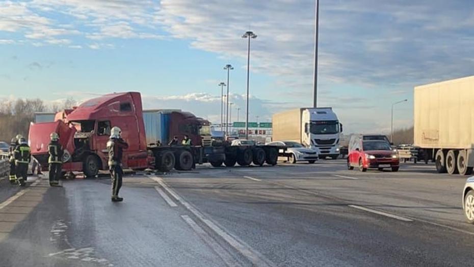 Опрокинутый на КАД грузовик подняли тяжёлой техникой
