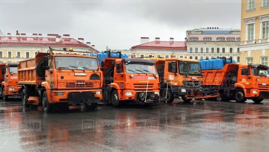 Парад, автозаки, спецтехника: центр Петербурга стоит в пробке