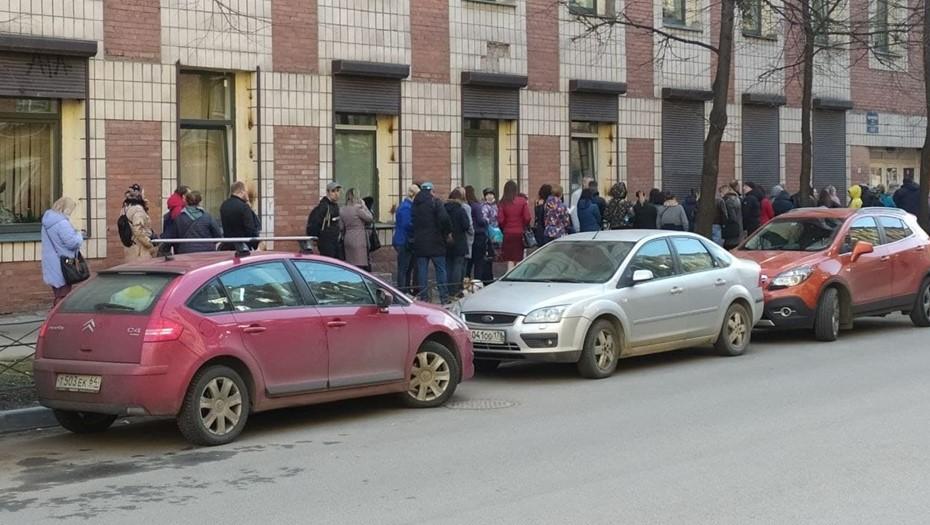 Петербуржцы стоят в огромной очереди за сертификатами для детей