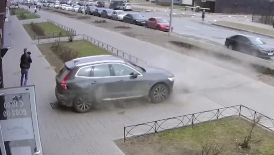 Петербуржец спас ребёнка от вылетевшего на тротуар авто