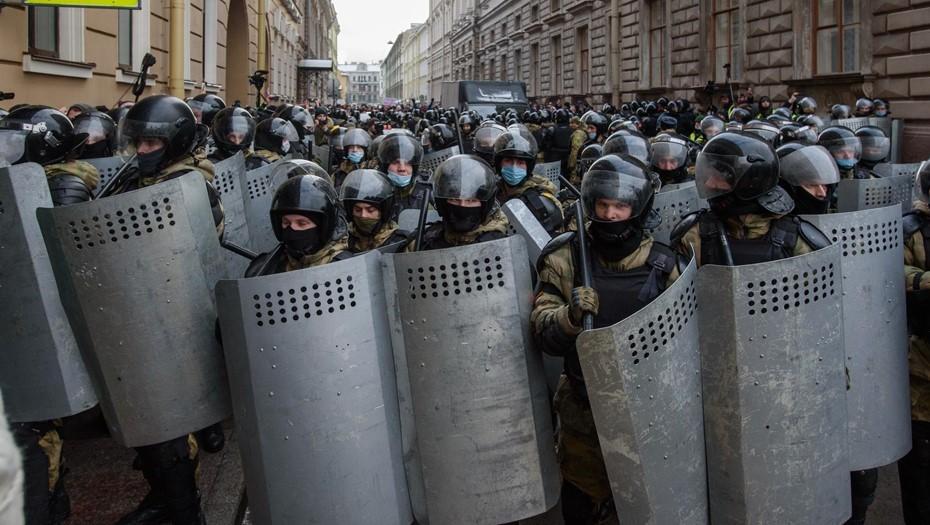 Подвернул ногу: сотрудник Росгвардии травмировался на митинге в Петербурге