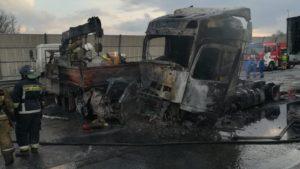 """""""Сгорели заживо"""": два человека погибли в огненном ДТП с фурами на КАД"""