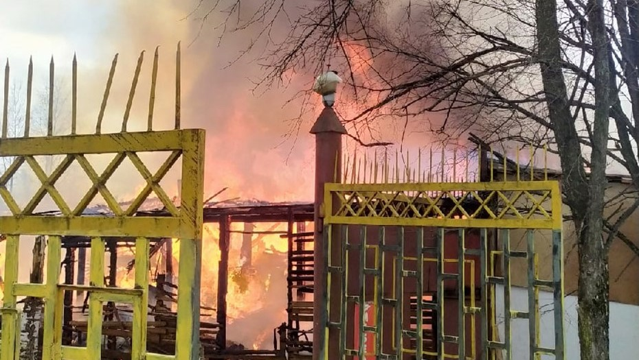 Силы трёх частей тушили пожар на мебельном производстве в Ленобласти