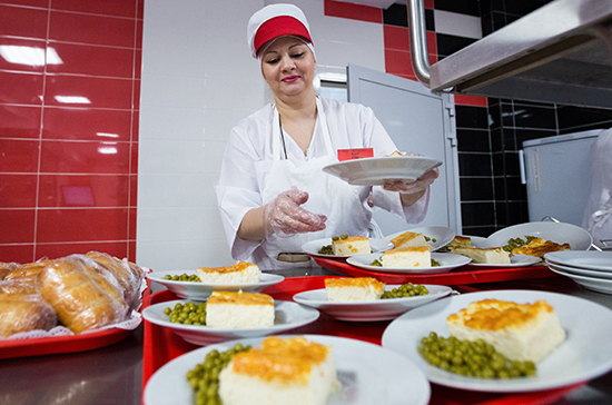 В Минпросвещения позитивно оценили готовность школ организовать горячее питание