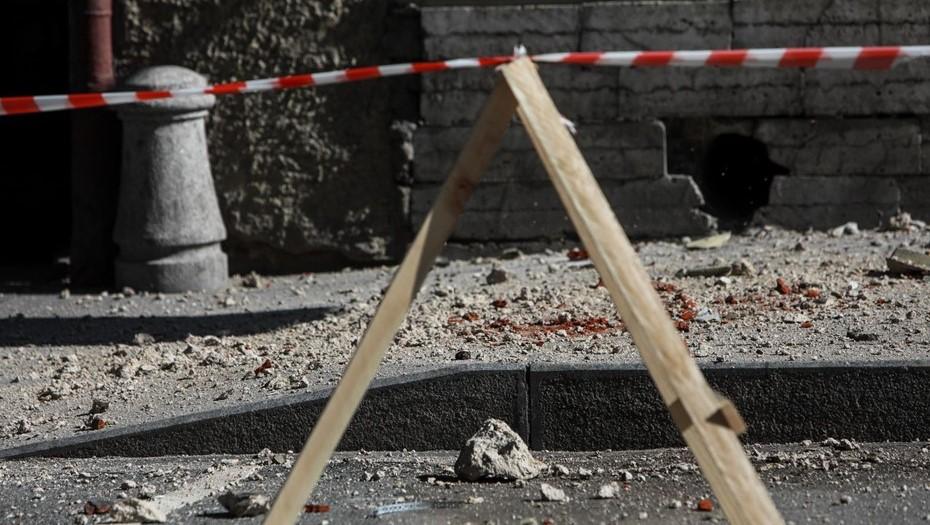 В Московском районе на коляску с ребёнком упала лепнина