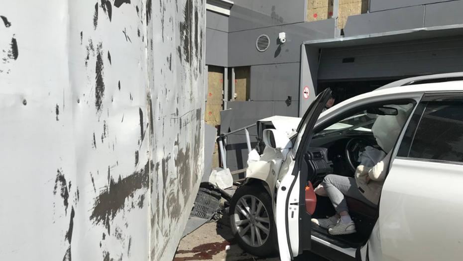 Девушка на Lexus протаранила стену дома в центре Петербурга