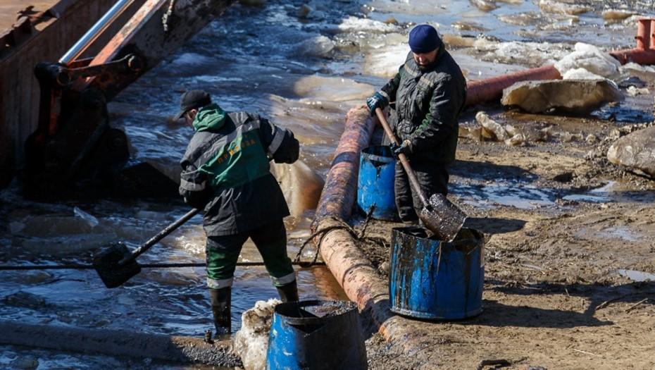 До 7 тонн нефти разлилось из нефтепровода в НАО и попало в реку в Коми