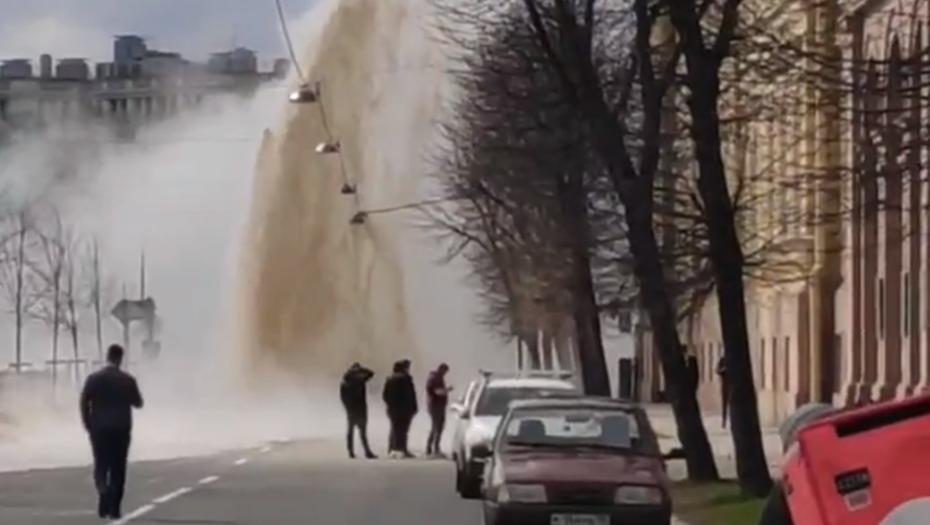 Фонтан кипятка вырвался из-под земли у Поцелуева моста