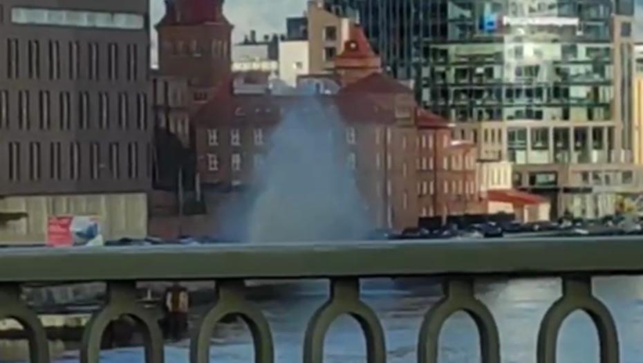 Гигантский фонтан забил на Выборгской набережной
