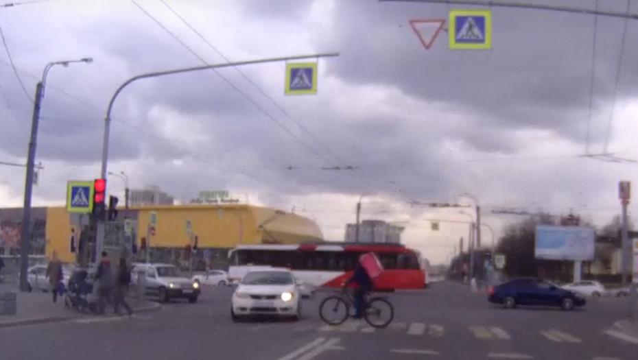 """Курьер в Петербурге не слез с велосипеда на """"зебре"""" и оказался под авто"""