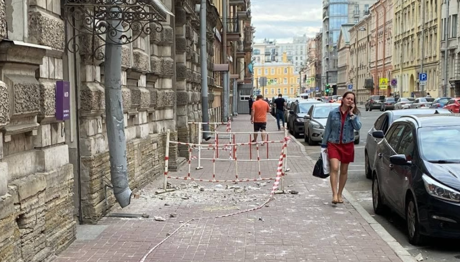Кусок фасада обвалился на тротуар на улице Рылеева