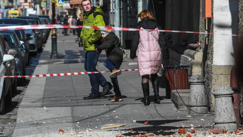 Кусок лепнины едва не покалечил пешехода на Бронницкой улице