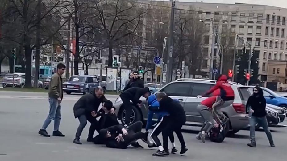 Массовая драка футбольных фанатов произошла на площади Мужества