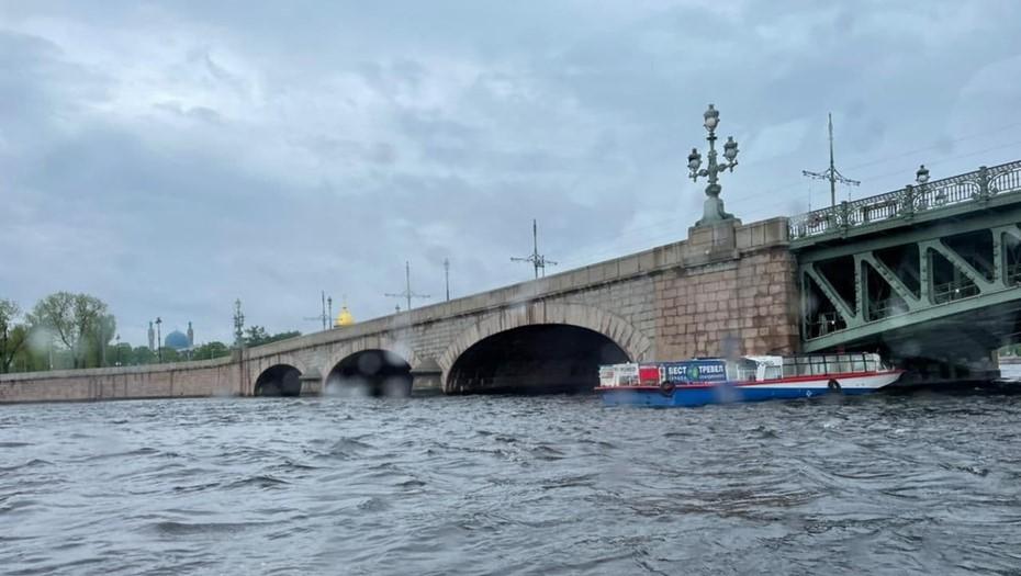 МЧС опровергло навал прогулочного теплохода на опору Троицкого моста