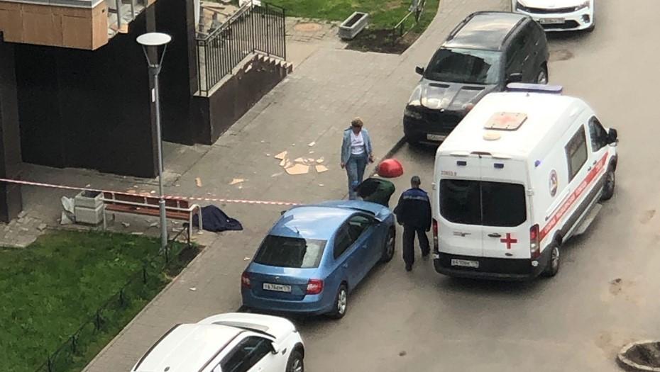 На юго-западе Петербурга женщина погибла после падения с балкона
