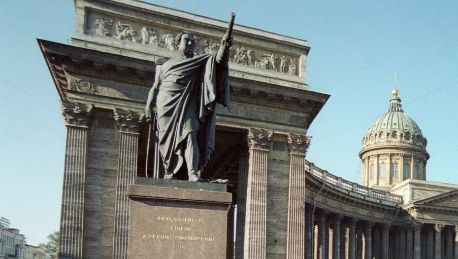 На Казанской площади помыли памятники Кутузову и Барклаю де Толли