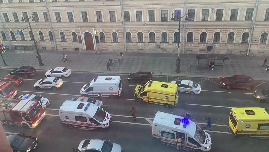 На Невском столкнулись скорая и BMW, пострадал медик