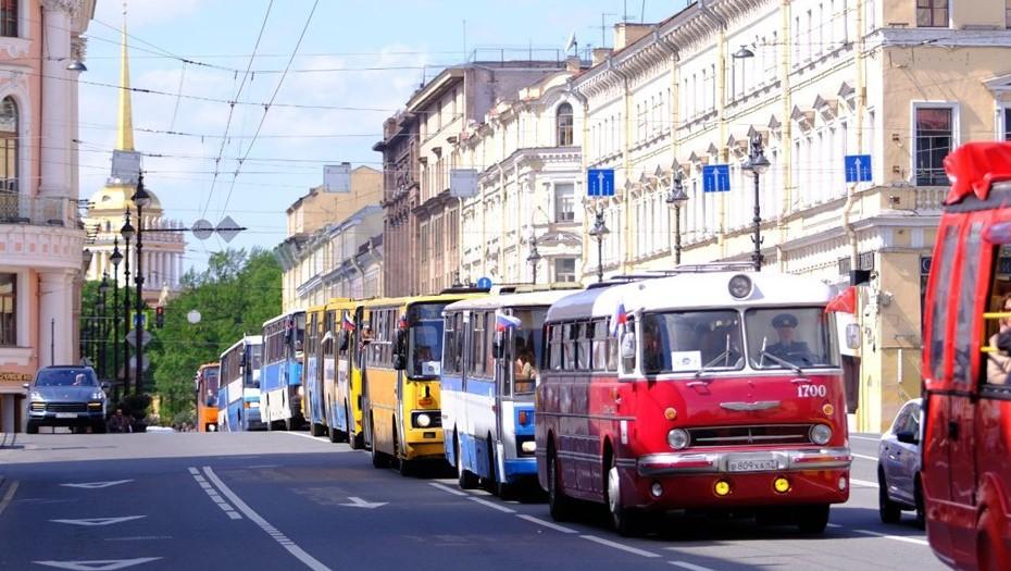 Парад ретромобилей открыл вице-губернатор Соколов в довоенном ЗИС