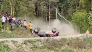 Перевернувшийся автомобиль едва не снёс зрителей на ралли в Ленобласти