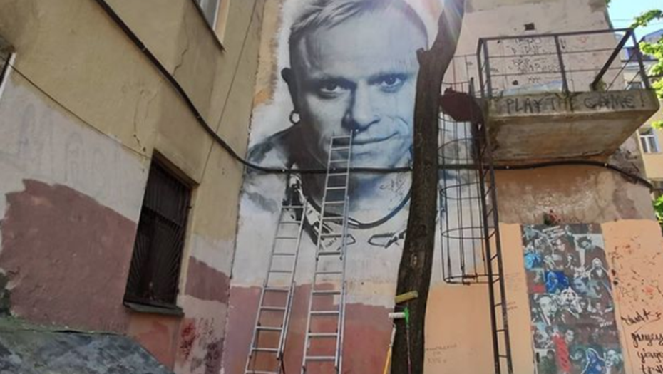 Петербуржцы прощаются с портретом Кита Флинта на Пушкинской, 10