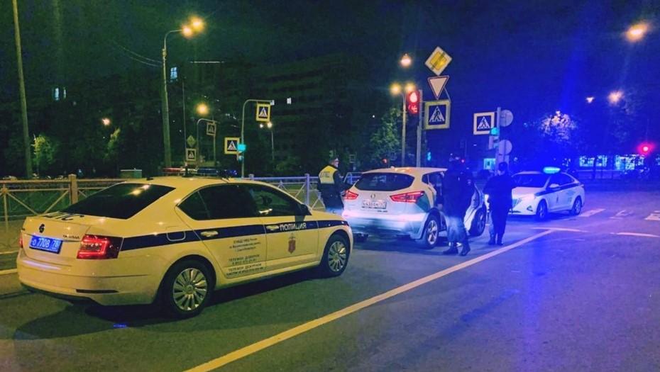 Пьяные и с оружием: пассажиры каршеринга напугали жителей Васильевского острова