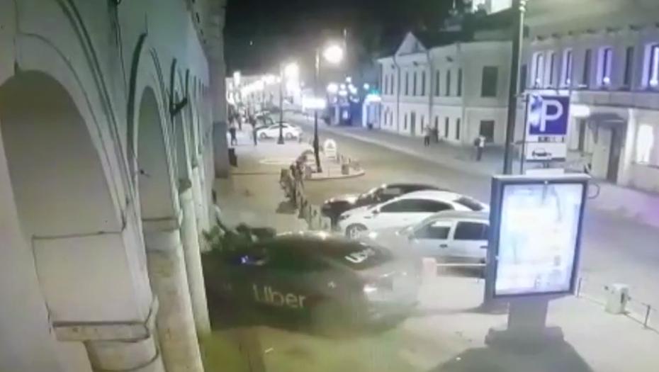 Пьяный водитель такси сбил двоих на тротуаре у Кузнечного рынка