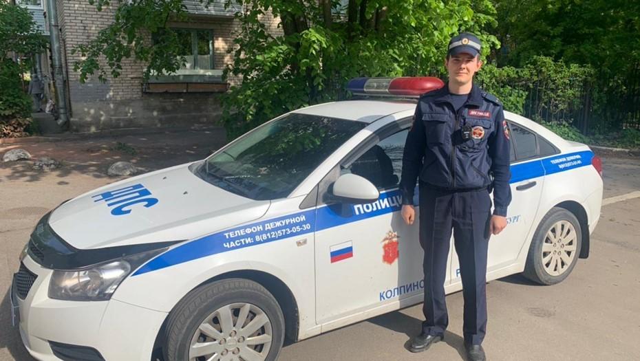 Полицейский спас пенсионерку от пожара в многоэтажке в Колпино