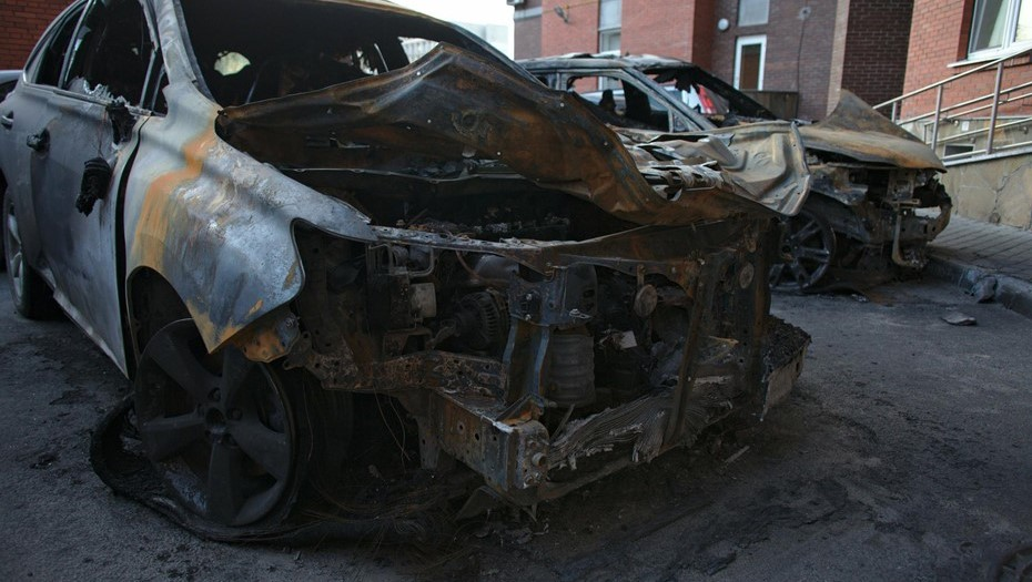 Porsche Cayenne сожгли на парковке Ассоциации автомобилистов в Петербурге