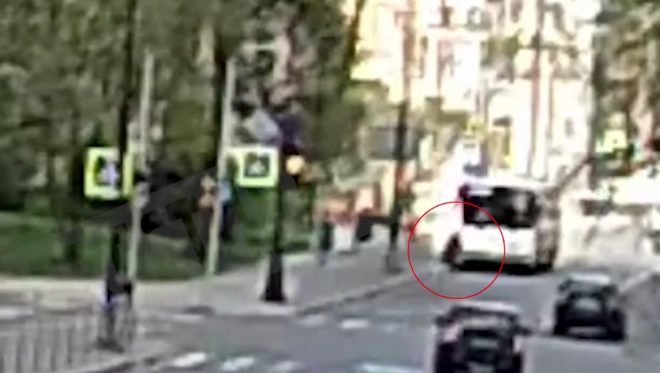 Упавшая под автобус петербурженка госпитализирована в тяжёлом состоянии