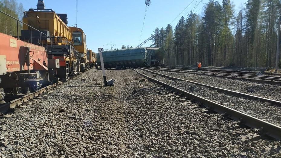 В Карелии сошли с рельсов 14 вагонов грузового поезда
