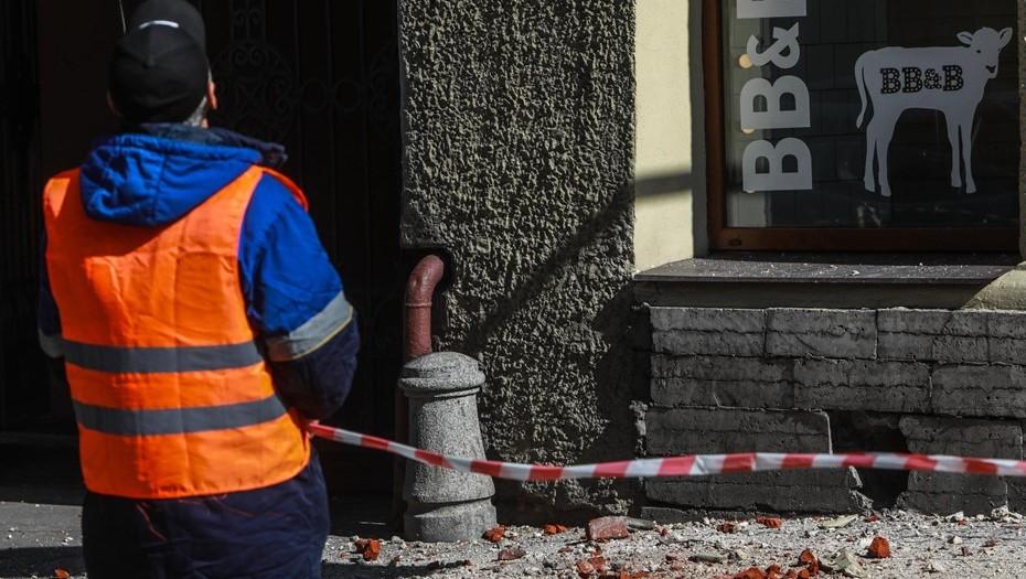 В Мариинскую больницу доставили пострадавшую от лепнины на Малой Морской